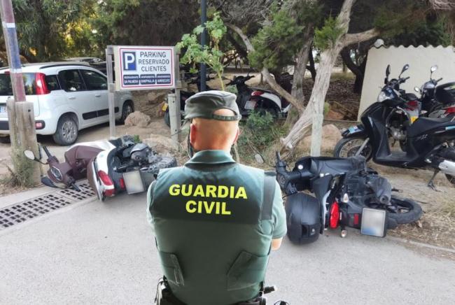 La Guardia Civil ha detenido a un hombre en Formentera por dañar alrededor de 50 vehículos en Es Pujols