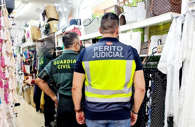 La Guardia Civil lleva a cabo 10  inspecciones en comercios de Cala Egos y Sa Coma e interviene 1400 artículos falsificados