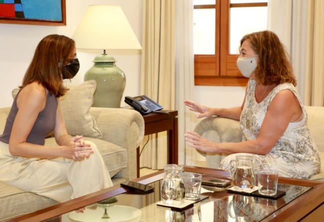 La ministra de Derechos Sociales se reúne con Armengol en el Consolat de Mar