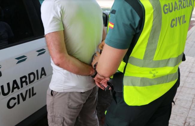 La Guardia Civil detiene a una persona por quebrantamiento de condena y hurto