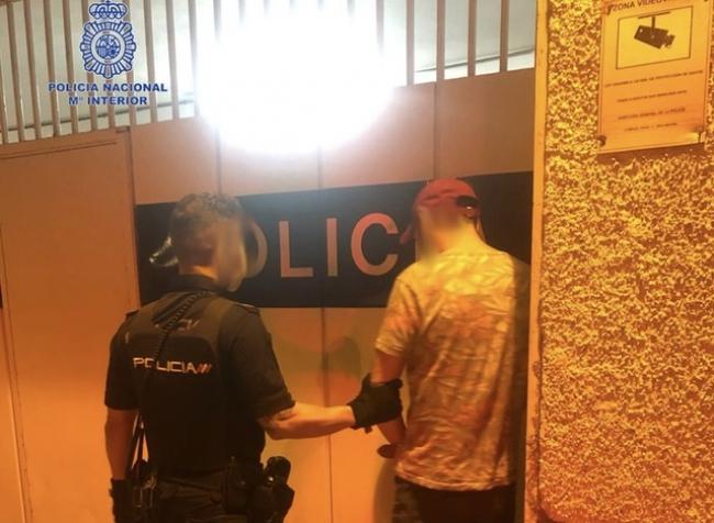 La Policía Nacional detiene a un hombre por amenazar con un arma, tipo revólver