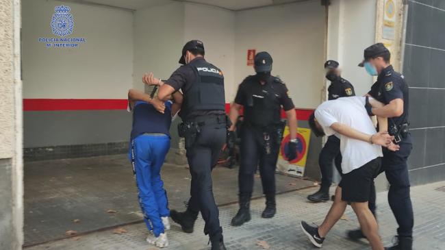 Dos detenidos por la policía nacional que intentaron golpear y apuñalar a un ciudadano que auxilió a la víctima