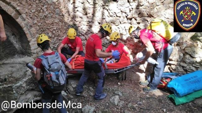 Bombers de Mallorca rescatan a una mujer tras caer unos 12 metros en el torrente de Coanegra