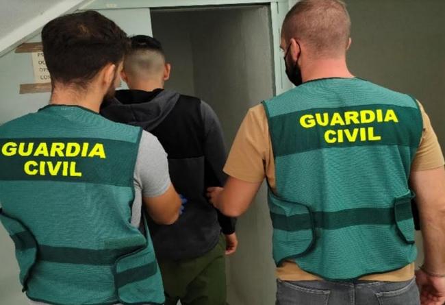 La Guardia Civil ha detenido a un varónpor 4 delitos de robo con violencia en comercios de la isla de Ibiza